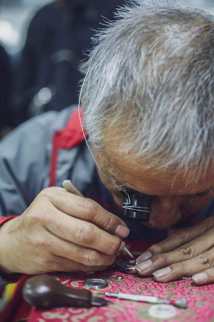 負責鐘錶維修的老屈是退休公務員。